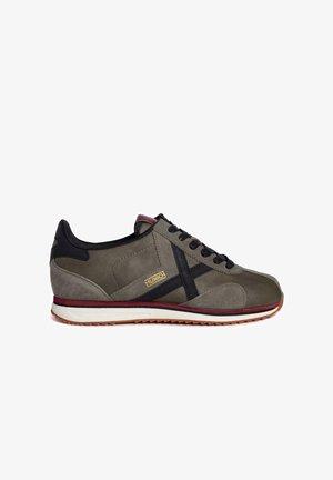 Zapatillas - marrón oscuro