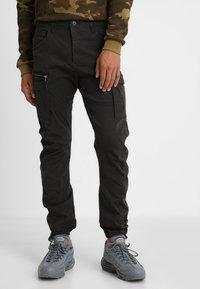 Jack & Jones - JJIDRAKE JJCHOP BLACK - Pantaloni cargo - black - 0