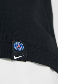Nike Performance - PARIS ST. GERMAIN TEE TRAVEL CREST - Camiseta estampada - black - 4