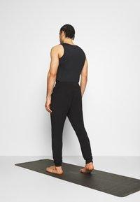 Curare Yogawear - MENS LONG PANTS - Pantalones deportivos - black - 2