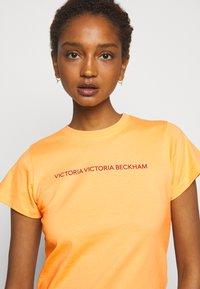 Victoria Victoria Beckham - SLIM FIT LOGO - Print T-shirt - tropical punch orange - 3