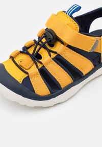 Finkid - PELTO UNISEX - Sandales de randonnée - golden yellow/navy - 5