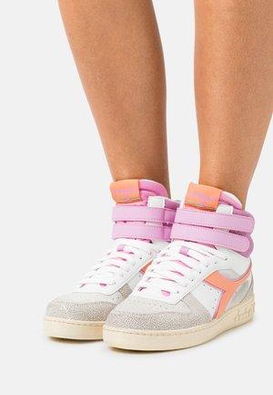 MAGIC BASKET MID ICONA - Zapatillas altas - cantaloupe/pastel lavander
