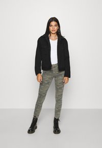ONLY - ONLBLUSH LIFE MID RAW CAMO - Jeans Skinny Fit - deep lichen green/grape leaf - 1