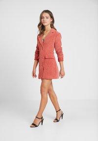 Missguided Petite - BUTTONED BLAZER DRESS - Denní šaty - coral - 2
