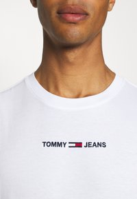 Tommy Jeans - SMALL TEXT TEE - T-shirt imprimé - white - 5