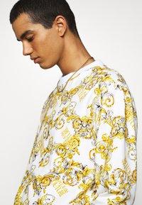 Versace Jeans Couture - PRINT NEW LOGO - Sweatshirt - bianco ottico - 3