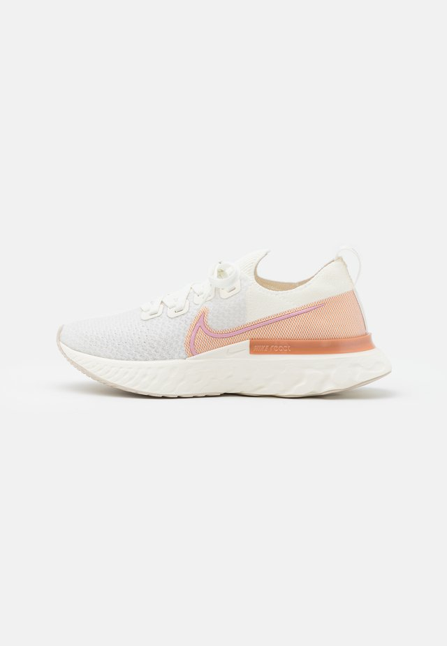 EPIC PRO REACT FLYKNIT - Neutrale løbesko - sail/light artic pink/metallic copper/white