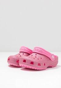 Crocs - CLASSIC GLITTER - Pool slides - pink lemonade - 3