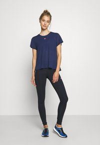 Tommy Hilfiger - PERFORMANCE - Camiseta estampada - blue