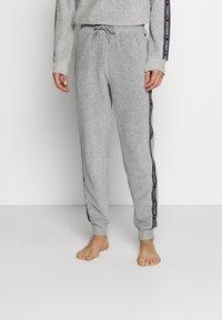 Tommy Hilfiger - TRACK PANT - Pyjamahousut/-shortsit - mid grey heather - 0