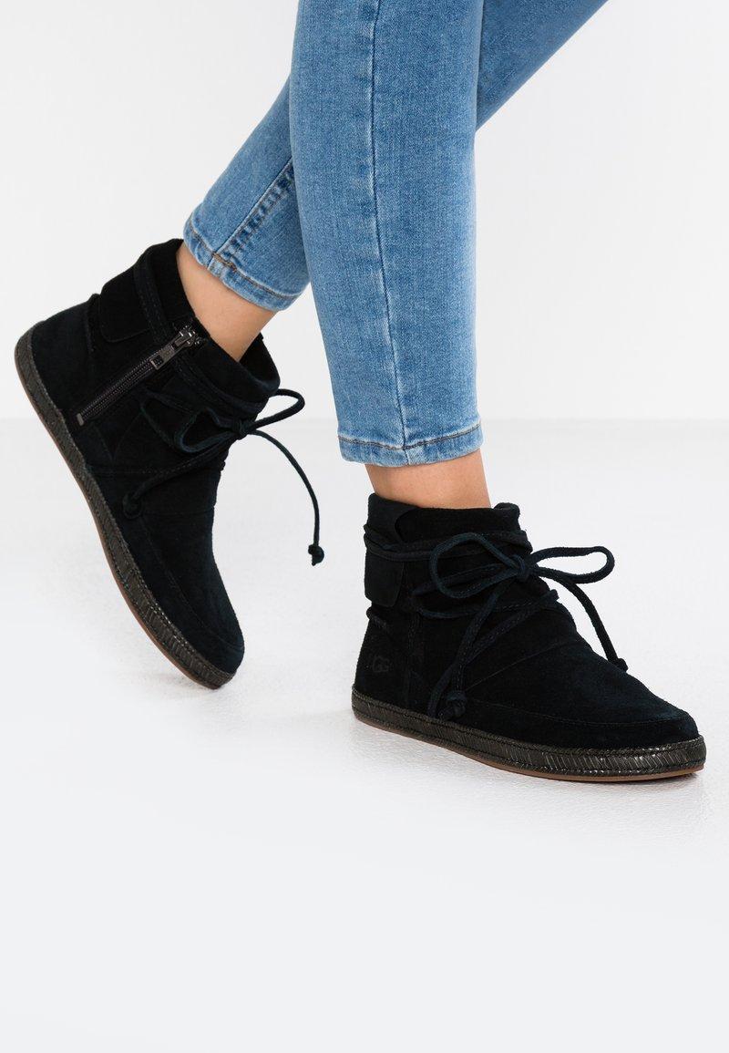 UGG - REID - Boots à talons - black
