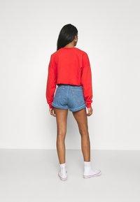 Levi's® - MOM LINE  - Shorts di jeans - light blue denim - 2