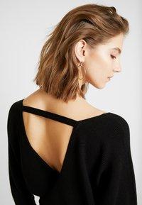 Forever New - MADELYN BELTED DRESS - Strickkleid - black - 5