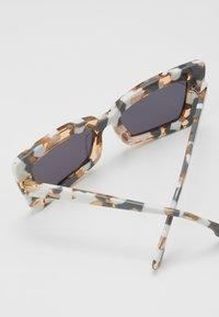 Le Specs - ZAAP - Sunglasses - smoke mono - 2