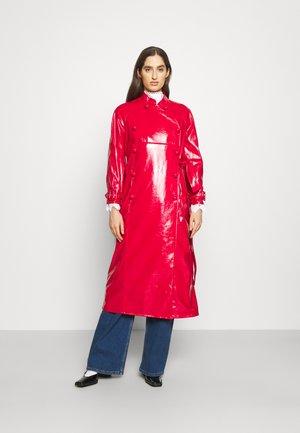 CHALLICE - Trenchcoat - red