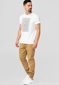 INDICODE JEANS - FIELDS - Trousers - amber - 1