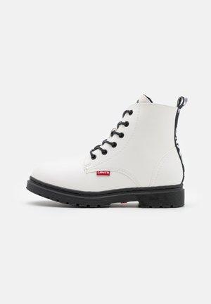CLOVER HIGH UNISEX - Šněrovací kotníkové boty - white/black