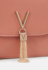 Valentino by Mario Valentino - DIVINA  - Handbag - rosa antico - 3