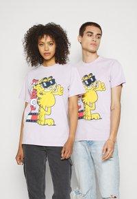 Tommy Jeans - ABO TJU X GARFIELD TEE UNISEX - T-Shirt print - lilac dawn - 0