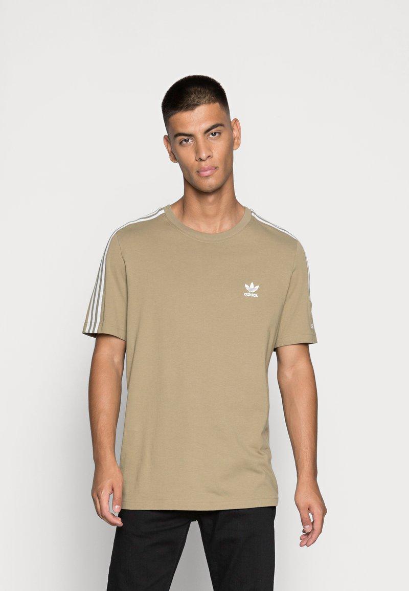 adidas Originals - TECH TEE - Print T-shirt - orbit green