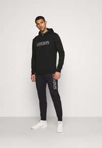 CLOSURE London - BASE LOGO TRACKSUIT - Sweatshirt - black
