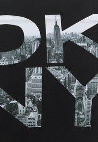 DKNY - STACKED CITY LOGO CREWNECK TEE - Print T-shirt - black - 2