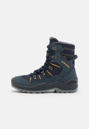 RUFUS GTX UNISEX - Winter boots - stahlblau/senf