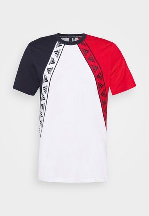 MUST HAVES ENHANCED SPORTS SHORT SLEEVE TEE - T-shirt imprimé - white/legend ink/scarlett