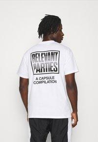 Carhartt WIP - RELEVANT PARTIES VOL 1 - Printtipaita - white - 2