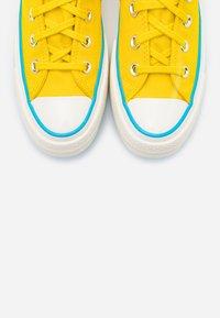 Converse - CHUCK 70 HACKED HEEL - Baskets montantes - speed yellow/sail blue/egret - 5