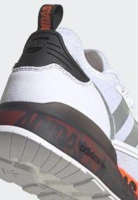 adidas Originals - ZX 2K BOOST UNISEX - Trainers - footwear white/silver metallic/core black - 8