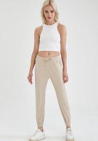 DeFacto - Pantalon de survêtement - beige - 1