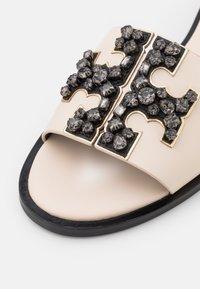 Tory Burch - INES EMBELLISHED SLIDE - Mules - new cream/perfect black - 5
