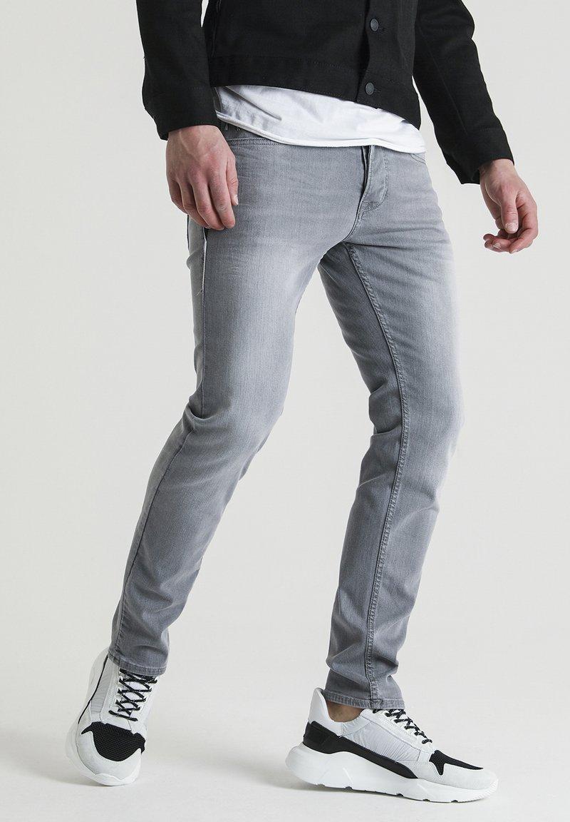CHASIN' - Straight leg jeans - grey