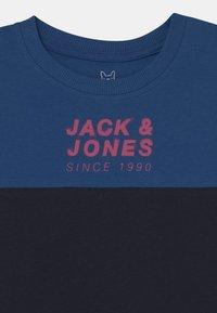 Jack & Jones Junior - JCOJAMES CREW NECK - Triko spotiskem - navy blazer - 2