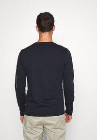 Tommy Hilfiger - SIGNATURE SLEEVE TEE - Maglietta a manica lunga - blue - 2
