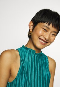 Who What Wear - PLISSE DRESS - Společenské šaty - emerald - 4