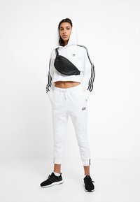 adidas Originals - ADICOLOR CROPPED HODDIE SWEAT - Jersey con capucha - white - 1