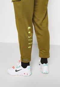 Nike Sportswear - W NSW SWSH - Trousers - olive flak - 6
