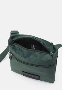 Calvin Klein Jeans - MICRO FLATPACK UNISEX - Sac bandoulière - green - 2