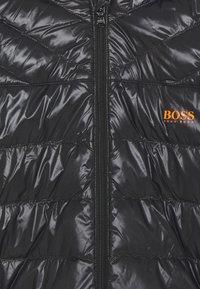 BOSS Kidswear - REVERSIBLE PUFFER JACKET - Bunda zprachového peří - black/orange - 3