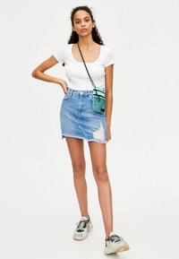 PULL&BEAR - MIT KETTENPRINT - Denim skirt - blue - 1