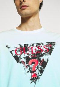 Guess - PALM BEACH TEE - Print T-shirt - water/white dip - 5