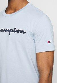 Champion Rochester - ROCHESTER CREWNECK  - Print T-shirt - light blue - 4