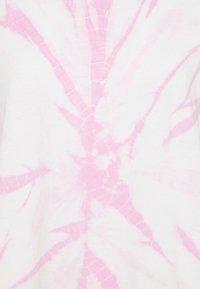 ONLY - ONLBOPPY TIE DYE - Print T-shirt - white/pink - 2