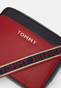 Tommy Hilfiger - ICONIC CAMERA BAG  - Across body bag - red - 3