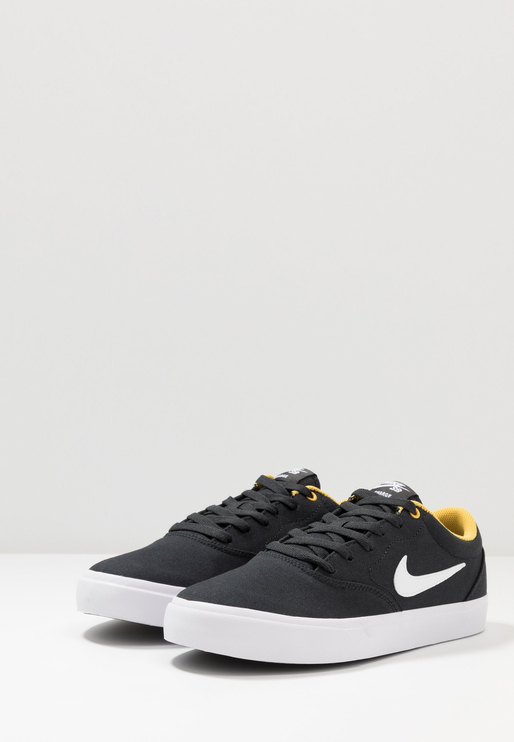 Nike SB CHARGE - Sneaker low - off noir/white/solar flare/black/schwarz - Herrenschuhe NwJOF