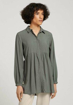 MIT RAFFUNGEN - Button-down blouse - dusty mid olive