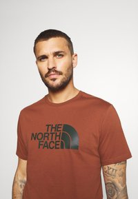 The North Face - M S/S EASY TEE - EU - T-shirt med print - brandy brown - 3